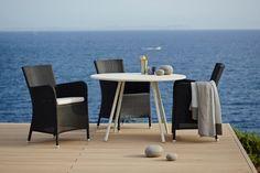 """""""AREA Cane-line okrągły stół aluminiowy biały (i w kolorze Lava Grey). Stół ogrodowy bez zbędnych dekoracji i ozdobników, idealnie pasuje do różnych krzeseł: wyplatanych, metalowych i teakowych. Wy..."""