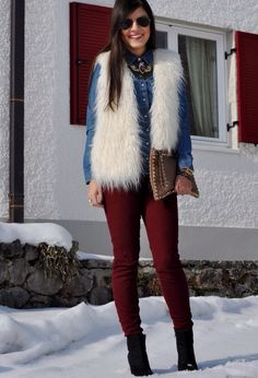White faux fur vest and denim shirt White Vest Outfit, White Fur Vest, Fur Vest Outfits, Casual Outfits, Cute Outfits, Fashion Outfits, Cold Weather Fashion, Winter Fashion, Outfit Pantalon Vino