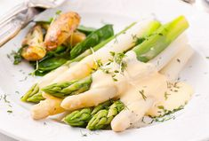 Asparagus topped with Hollandaise sauce. Recipe for serving boiled asparagus. Calories too. Steam Recipes, Side Recipes, Healthy Recipes, Steamed Asparagus, Asparagus Recipe, Mayonnaise Recipe, Spinach Recipes, Gordon Ramsay, Food Inspiration