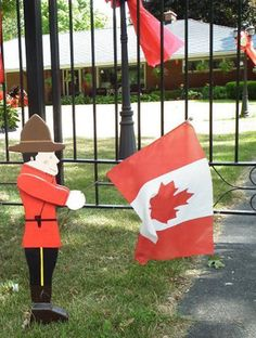 Canada Day party decorations and ideas blend red and white decorating colors into outdoor home decor, brightening up backyard designs on the of July Canada Day Party, Red Party Decorations, Patriotic Decorations, Canada Day Fireworks, Canada Day Crafts, Flower Pot People, Canada Holiday, Rustic Bedding, Outdoor Parties