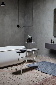 Небольшое семейство напольных подносов для использования непосредственно в зоне ванны или туалета. Набор состоит из различных деталей и форматов. Стойка может использоваться в качестве вешалки для полотенец. Разработано дизайнерами Daniel Debiasi & Federico Sandri.