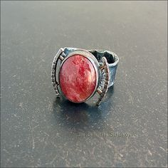 Перстень с родонитом красивого, насыщенного цвета.