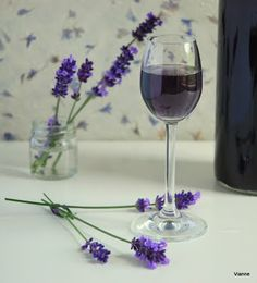 Levendulaszirup Lavander, Lavender Flowers, Lavender Fields, Cocktail Drinks, Alcoholic Drinks, Malva, Flower Food, Hungarian Recipes, Lilac Color