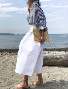 Ample chemise rayée + longue jupe blanche taille haute = le bon mix
