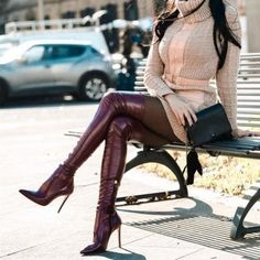 A new and fabulous trend of today's fashion world is the thigh high boots. Who wears thigh high boots, and what fashion statement do they send. A woman that wears these boots will have power like she has never had before. Thigh High Boots Heels, Sexy High Heels, Knee Boots, Leather Knee High Boots, Botas Sexy, Outfit Stile, Leder Boots, Long Boots, Sexy Boots