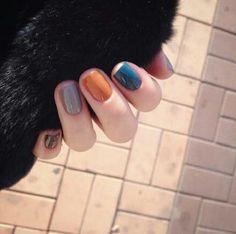ทาเล็บแบบมิกซ์กันหลาย ๆ สี ทั้งโทนสีน้ำเงิน สีเหลือง และสีน้ำตาล ก็ดูแปลกตาดีนะ