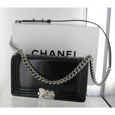 On ADORE le tout nouveau Chanel Boy ! En cuir noir vernis et intérieur en toile gris clair, collection 2012, il a trop la classe.