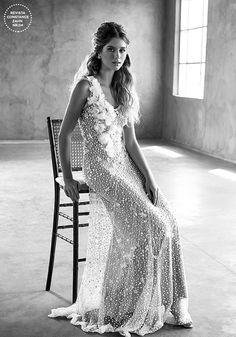 Para fugir do tradicional, vale apostar em vestidos de noiva com detalhes contemporâneos - seja renda com desenho diferente ou acessório de design moderno!