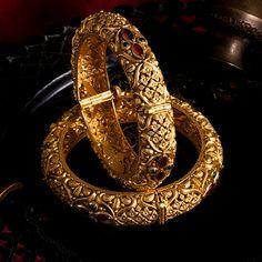 Jadtar Bangles jewellery for Women by jewelegance. ✔ Certified Hallmark Premium Gold Jewellery At Best Price Gold Bangles Design, Gold Jewellery Design, Diamond Jewellery, Gold Jewelry Simple, Stylish Jewelry, Antique Jewellery Designs, Antique Jewelry, Jewelry Design Earrings, Beaded Jewelry