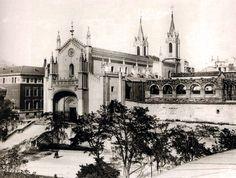 Convento de San Jerónimo 'El Real' (1929), conocido como 'Los Jerónimos'. La escalinata fue construida en 1905 para la celebración de la boda de Alfonso XIII. Aunque Enrique IV 'El Impotente' mandó construir un Monasterio de los Jerónimos (1463) a orillas del río Manzanares, fueron los Reyes Católicos quienes se encargaron de la construcción del Monasterio de los Jerónimos para utilizar como aposento de la Familia Real. El Monasterio se levantó en estilo gótico tardío con influencias…