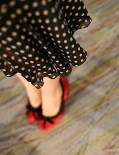 brown dress with white dots + red shoes Moda Rockabilly, Style Rockabilly, Rockabilly Fashion, Retro Fashion, Vintage Fashion, Rockabilly Shoes, Pin Up, Look Fashion, Fashion Photo