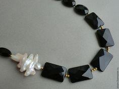 """Купить колье """"Аманда"""" - чёрно-белый, золотой, натуральные камни, барочный жемчуг, позолоченный гематит"""