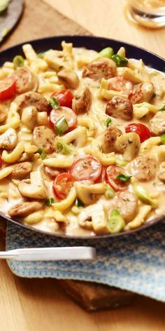 Crispy: Bratwurst-Spätzle pan- Quick and easy to prepare and delicious! What is better to prepare it for the office? The Bratwurst-Spätzle pan is always going and is guaranteed to fill you up. Have fun cooking! Crock Pot Recipes, Easy Soup Recipes, Healthy Dinner Recipes, Pasta Recipes, Chicken Recipes, Pork Recipes, Summer Recipes, Healthy Food, Torre Pizza