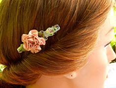 Kleine Haarspange in silber mit rosa Stoffrose von Schmucktruhe
