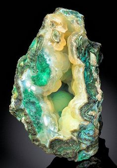 Botryoidal layer of Chalcedony over Malachite inside a matrix vug! From the Ray Mine, Dripping Spring Mts, Pinal Co. Photo: The Mineral Gallery of Fine Mineral Specimens Cool Rocks, Beautiful Rocks, Minerals And Gemstones, Rocks And Minerals, Green Gemstones, Mineral Stone, Rocks And Gems, Stones And Crystals, Gem Stones