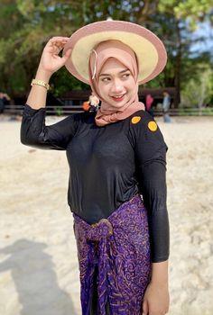 Hijab Teen, Girl Hijab, Beautiful Hijab, Beautiful Asian Girls, Muslim Fashion, Hijab Fashion, Cute Girls, Moslem