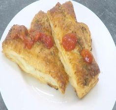 SKŁADNIKI:  ciasto francuskie  ser mozzarella  kiełbasa kindziuk  sos do pizzy  1 jajko  oregano  PRZYGOTOWANIE:  Ciasto francuskie dzielimy na równe części (od nas zależy jak duże mają być paszteciki)  Kawałek ciasta malujemy jajkiem, nakładamy mozzarelle, kiełbasę i sos do pizzy.  Nakładamy drugi kawałek ciasta i brzegi