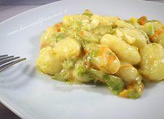 Gli gnocchi ai fiori di zucca cremosi è un piatto particolare per la presenza di questa crema di formaggio che lo rende cremoso. Gnocchi, fiori, zucchine