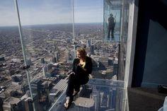 The Ledge, Skydeck Chicago  I quattro balconi di vetro situati a 412 metri di altezza sporgono dal 103 ° piano della Torre Wills (ex Sears Tower). In una giornata limpida si possono vedere quattro stati: Illinois, Wisconsin, Michigan e Indiana.