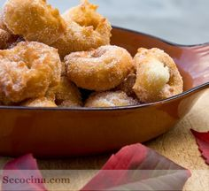 Receta de rosquillas de anís, con huevo, leche, harina, gaseosa, se fríen en aceite de oliva y se rebozan con azúcar. Una receta familiar de las de toda la vida.