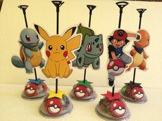 Centro de mesa da turma do Pokemon  Meio círculo de acetado cheio de gomas  Personagens impressos em papel foto de ótima qyalidade  Personalizado  Acompanha as gomas e a haste de baloes  Não acompanha os balões  Preço unitário