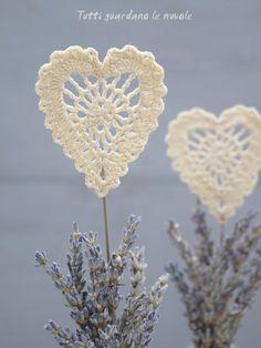 Una decorazione handmade e Shabby Chic per una romantica tavola di San Valentino o per ogni altra dolce occasione.Wedding, Valentine's day, segnaposto, lavanda, cuore crochet.