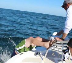 InfoNavWeb                       Informação, Notícias,Videos, Diversão, Games e Tecnologia.  : Pescador é 'fisgado' por peixe e acaba caindo no m...