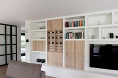 Don't you think this could be home made with IKEA Hacks, using lack shelves? Built In Shelves Living Room, Living Room Storage, Room Shelves, New Living Room, Style At Home, Layout Design, Contemporary Bookcase, Bookshelf Design, Condo Living