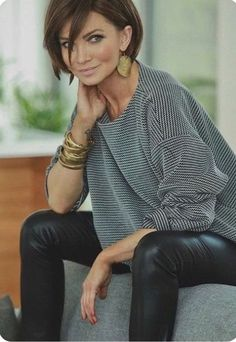 Loose fitting Oversized jumper and layered gold bracelets, large earrings // wom. - Loose fitting Oversized jumper and layered gold bracelets, large earrings // womens outfit inspiration for mature ladies Source by - Mode Outfits, Fall Outfits, Short Hair Fashion Outfits, Fashion Clothes, Dress Outfits, Lederhosen Outfit, Leather Pants Outfit, Leather Leggings, Leather Outfits