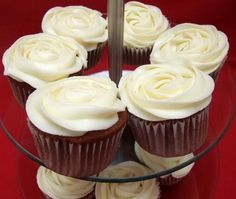 How to decorate cupcakes using icing, buttercream, fondant or vegan icing. Cupcakes are small individual cakes served on the same wrappers as muffins. Making cupcakes is very fashionabl. Buttercream Fondant, Cupcake Frosting, Cupcake Cakes, How To Make Frosting, How To Make Cupcakes, Decorate Cupcakes, Easy Vanilla Frosting, Cupcakes Decorados, Individual Cakes