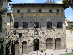 Palazzo #Pretorio, oggi sede della Biblioteca di #Arezzo, ricca di librerie…