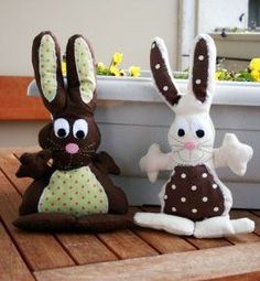 Doudou lapin , Patron couture gratuit - Loisirs créatifs Diy Cat Toys, Sewing Toys, Easter Bunny, Animals And Pets, Origami, Free Pattern, Christmas Ornaments, Disney Characters, Crochet