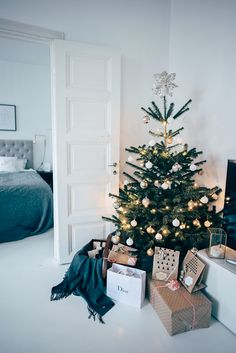 5 Easy Steps in making your home dreamy for Christmas - Daily Dream Decor Small Christmas Trees, Noel Christmas, Modern Christmas, Minimalist Christmas Tree, Xmas, Scandinavian Christmas Trees, Christmas Interiors, Christmas Bedroom, Deco Table Noel