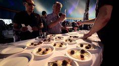 Il circo dei saperi e dei sapori arriva a Rimini! Al Meni, con 24 chef, guidati da Massimo Bottura, gli artisti di Matrioska e i produttori di cibo dell'Emilia Romagna, riuniti sotto un tendone da circo in Piazza Fellini.