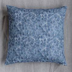 Kuddfodralet Field från Emma von Brömssen i blå färg har en tydlig inspiration från naturen, både i namn och i sitt grafiska uttryck. Kuddvaret har ett mått på 50x50 cm och är tillverkat helt i linne. Valet av material får inte bara Field att kännas behaglig mot huden, utan framhäver även dess vackra mönster och ger kuddfodralet en detaljrik och vacker textur.