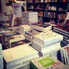 De enorme boekencollectie van Boekhandel H. de Vries in Haarlem #tip #boeken #haarlem