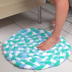Turn Old Towels Into A Soft, Sophisticated Bath Mat - Recycled Towel Bathmat You are in the right place about fabric crafts blanket Here we offer you the - Sewing Hacks, Sewing Crafts, Sewing Projects, Projects To Try, Home Crafts, Fun Crafts, Arts And Crafts, Decor Crafts, Tapetes Diy