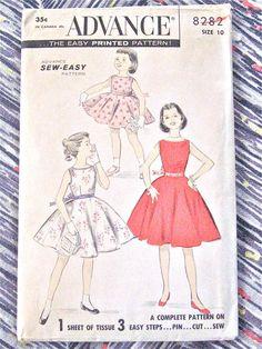Début des années 1960 ou fin des années 50 Vintage avance 8282 couture patron modèle robe de filles    Poitrine 28 pouces  Taille 24  Hanches 32    Modèle est coupée et quelle complète. Enveloppe est âge décolorée, avec bord usure.