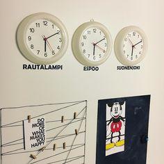 Tik tak. Mukavaa extra-tuntista sunnuntaita!  #kello #seinäkello #clock #sunday #wintertime #talviaika #kellonsiirto #eteinen #interior #decoration #decor #walldecor  #sisustus #myhome #instahome #diy #liitutaulu #muistitaulu #chalkboard #memoryboard