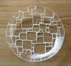 サブロウさんの尺(1尺=約30センチ)サイズの大皿です。立ち上がりもついていて、何を盛っても絵になる重宝する一枚です。サイズ:直径約30センチ 高さ約4センチ素材:ガラス