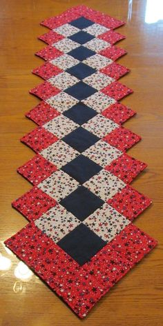Patchwork Quilted red black and cream table runner by StephsQuilts Patchwork Table Runner, Table Runner And Placemats, Table Runner Pattern, Quilted Table Runners, Plus Forte Table Matelassés, Christmas Patchwork, Purple Christmas, Coastal Christmas, Diy Christmas