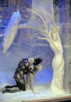 "Harrods,London,UK,""The Swan Princess single days are over.for now"", pinned by Ton van der Veer Visual Merchandising Displays, Visual Display, Display Design, Store Design, Christmas Window Display, Store Window Displays, Store Windows, Window Art, Noel Christmas"