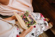 INNA Studio_ wedding pillow / floral pillow / ring pillow / poduszka na obrączki / obrączki na drewnie / rustykalny, naturalny dodatek / fot. Dreameye Studio