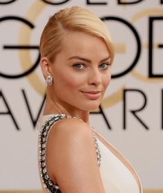 Golden Globes 2014. Margot Robbie in Van Cleef & Arpels - The actress who starred in The Wolf of Wall Street opted for Snowflake motif earrings in platinum and diamonds from Van Cleef & Arpels.