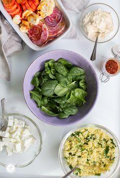 Kunterbunte Happy Bowl mit Wurzelgemüse, Petersilien-Couscous, Spinat, Schafskäse und Humus - Zutaten, Rezept