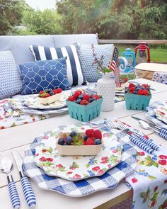 Create a patriotic tablescape with fresh berries and red, white and blue hues for summer entertaing Outdoor Dinner Parties, Table Setting Inspiration, Outdoor Dining, Outdoor Decor, Decoration Table, Decorating Blogs, Dinner Table, Seasonal Decor, Tablescapes