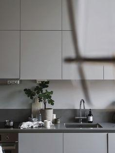35 Attractive Small Kitchen Concepts 2019 (For Minimalist Home) - Kitchen Furniture, Kitchen Dining, Kitchen Decor, Kitchen Island, Modern Kitchen Interiors, Interior Design Living Room, Küchen Design, Home Design, White Kitchen Cupboards