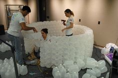 To make this fun REading Igloo out of milk jugs we used 430 milk jugs, a giant card board box, a 80 inch round rug, hot glue guns and hot glue. Vbs Crafts, Diy Crafts For Kids, Art For Kids, Milk Jug Igloo, Milk Jugs, Arctic Decorations, Igloo Craft, Diy Originales, Pop Up Flower Cards