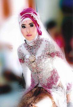 gaun pengantin perempuan dengan hijab, warna putih dan pink
