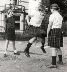 Design All rights reserved -®™♀♂☮ 🔴Children before smart phones Childhood Games, Childhood Memories, Robert Doisneau, Sweet Memories, Memories Jar, The Good Old Days, Vintage Photographs, Historical Photos, Vintage Children
